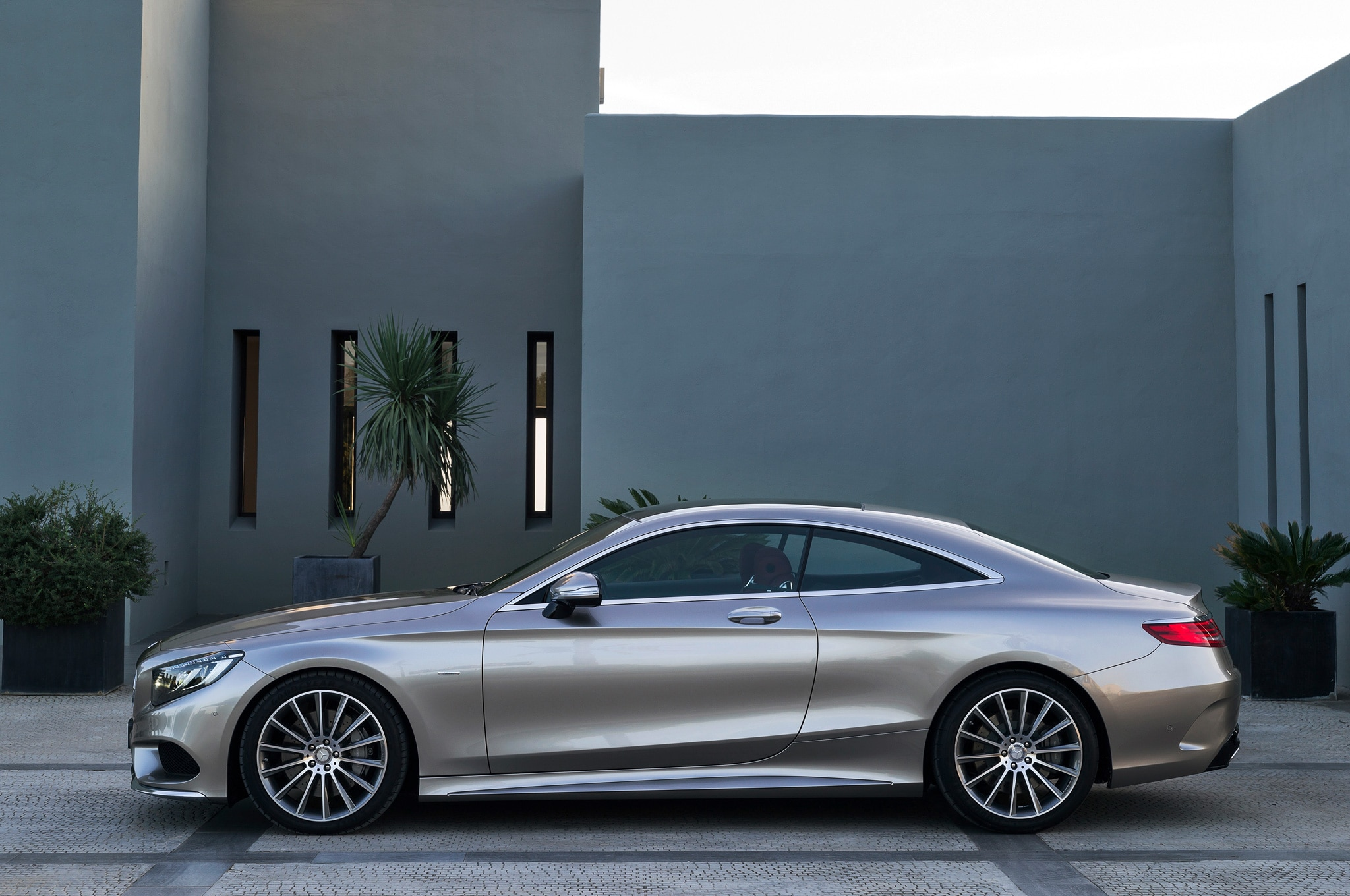 https://st.automobilemag.com/uploads/sites/11/2014/02/2015-Mercedes-Benz-S-Class-Coupe-side-view-and-house.jpg
