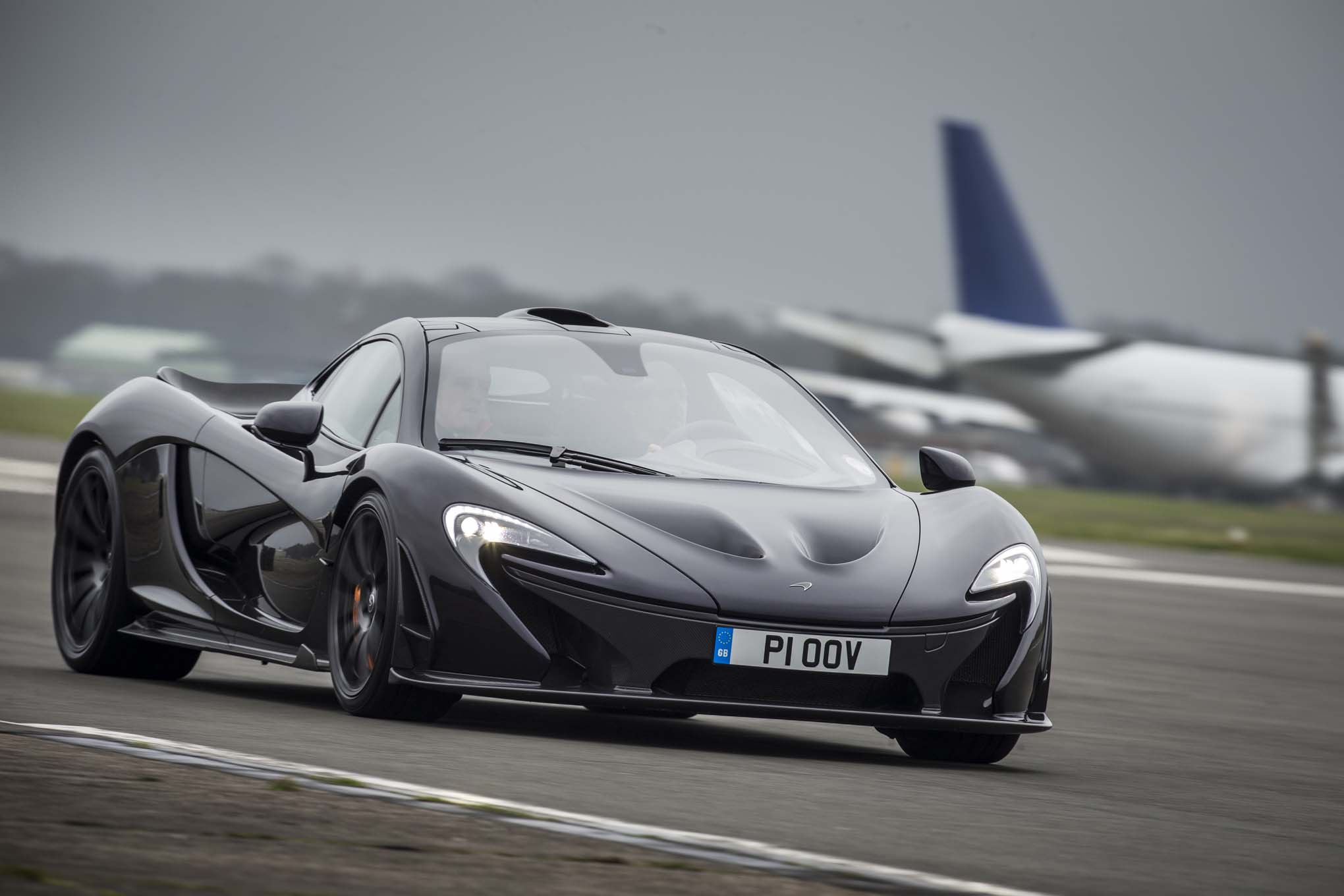 https://st.automobilemag.com/uploads/sites/11/2014/03/2014-Mclaren-P1-black-front-end-in-motion-02.jpg