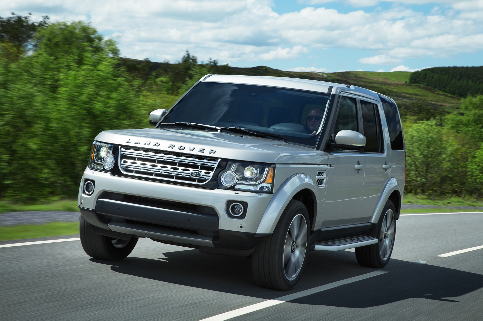 2015 Land Rover LR4 Front Three Quarter In Motion 02