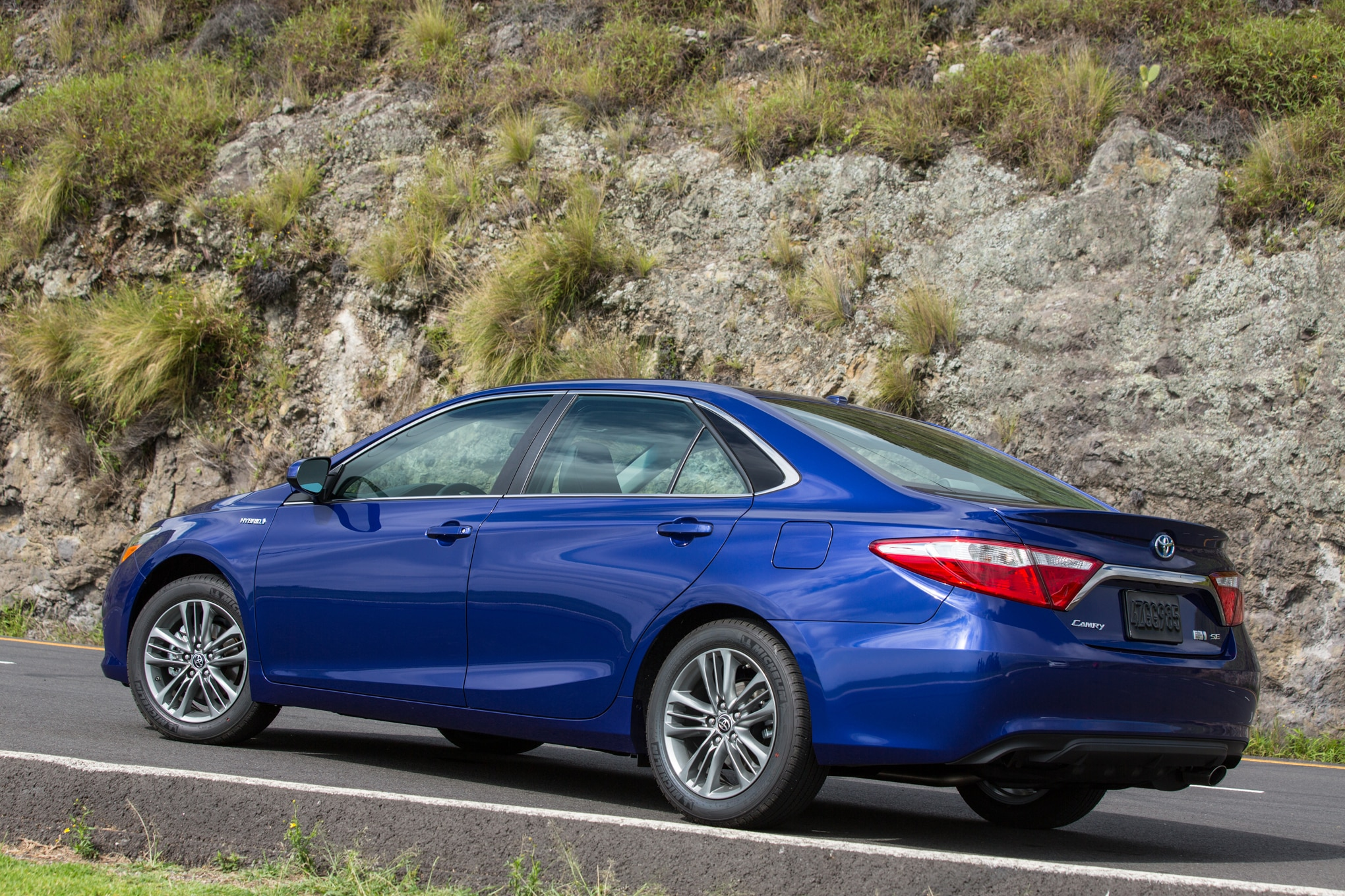 camry toyota hybrid se mpg vs rear prices competition real motortrend quarter three announces