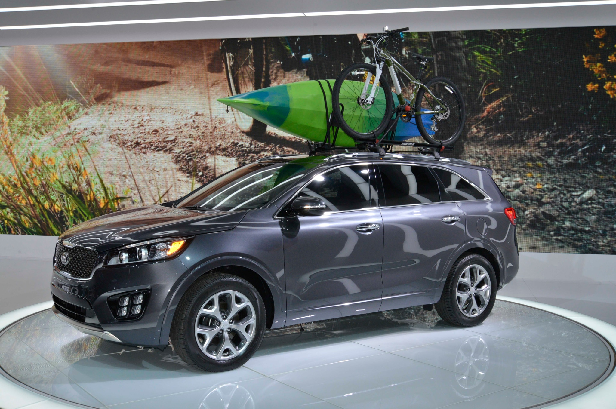 2016 Kia Sorento Front Three Quarter 02