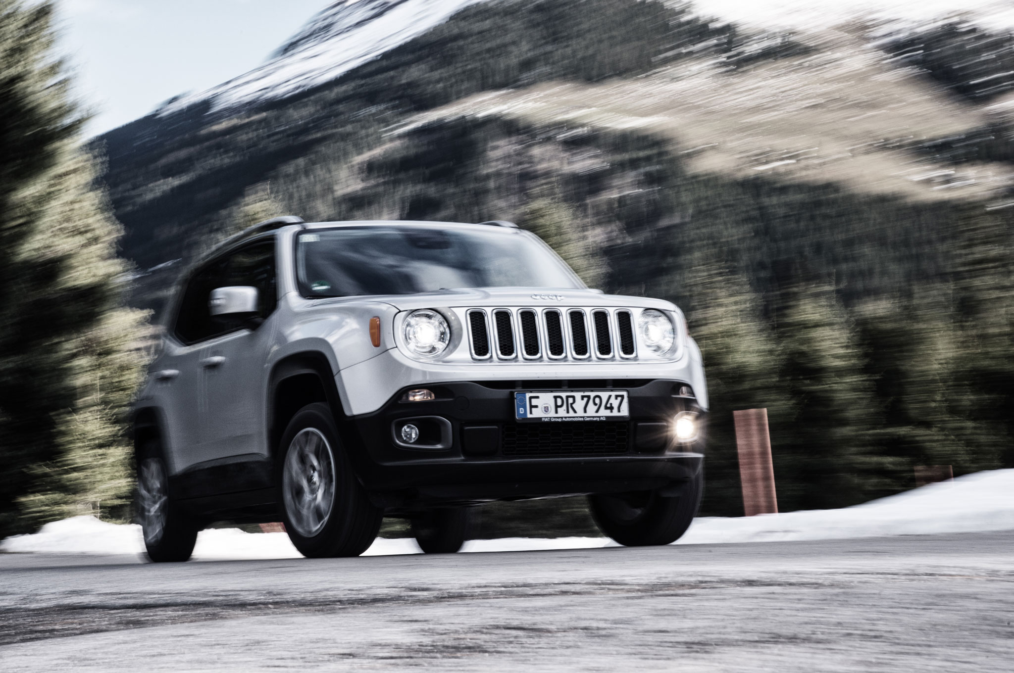 2015 Jeep Renegade Limited Front Three Quarter In Motion 2