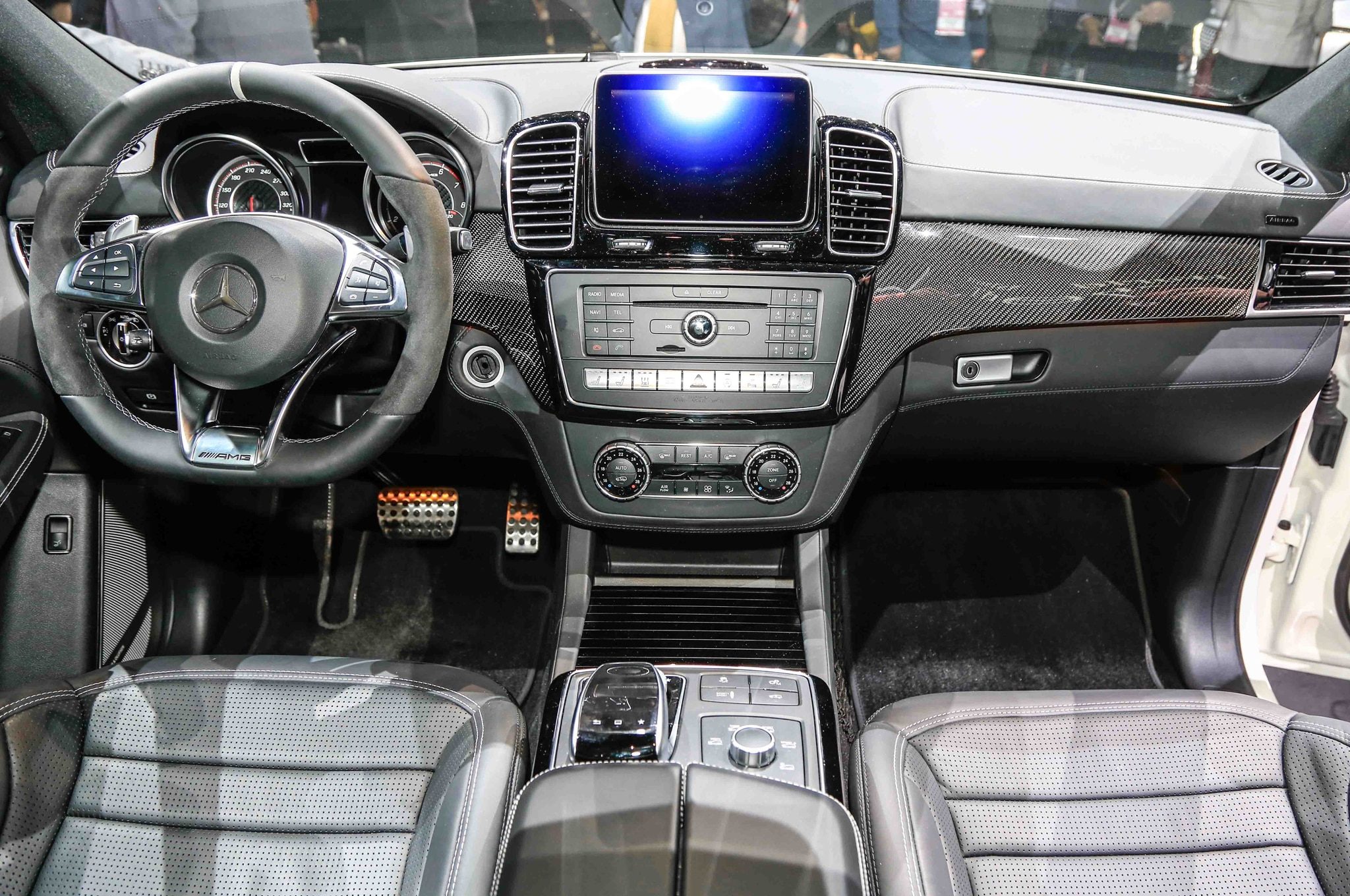 https://st.automobilemag.com/uploads/sites/11/2015/01/2016-Mercedes-Benz-GLE63-S-AMG-4Matic-interior-view.jpg