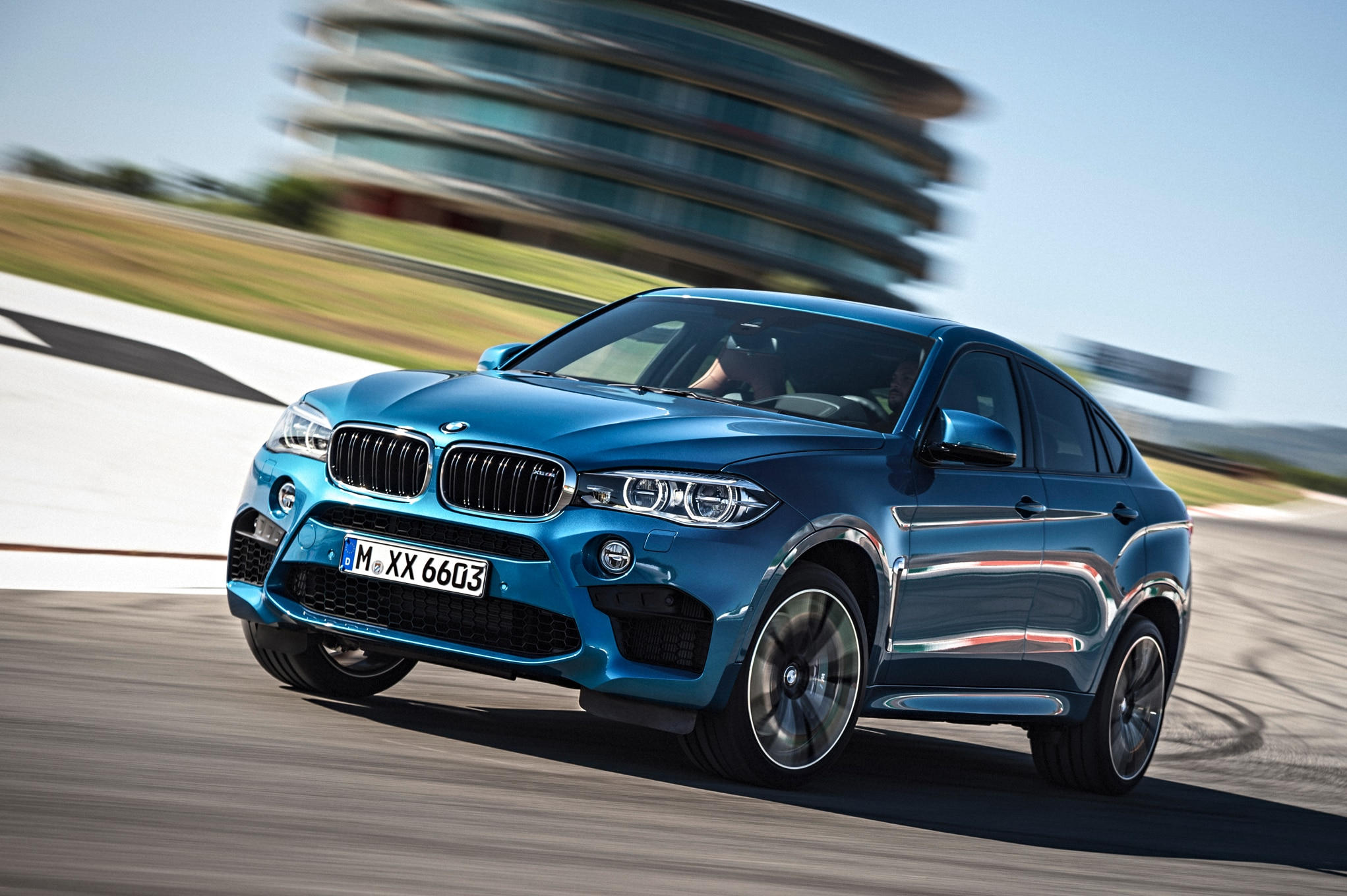 2015 BMW X6 M Side Front Three Quarter In Motion 03