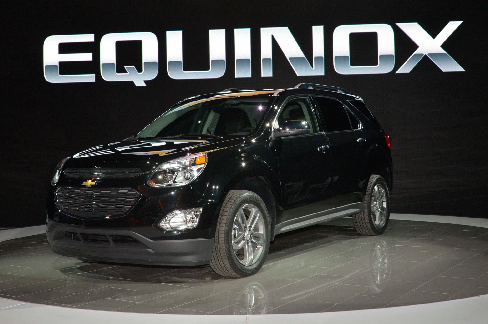 2016 Chevrolet Equinox Front Three Quarter 01