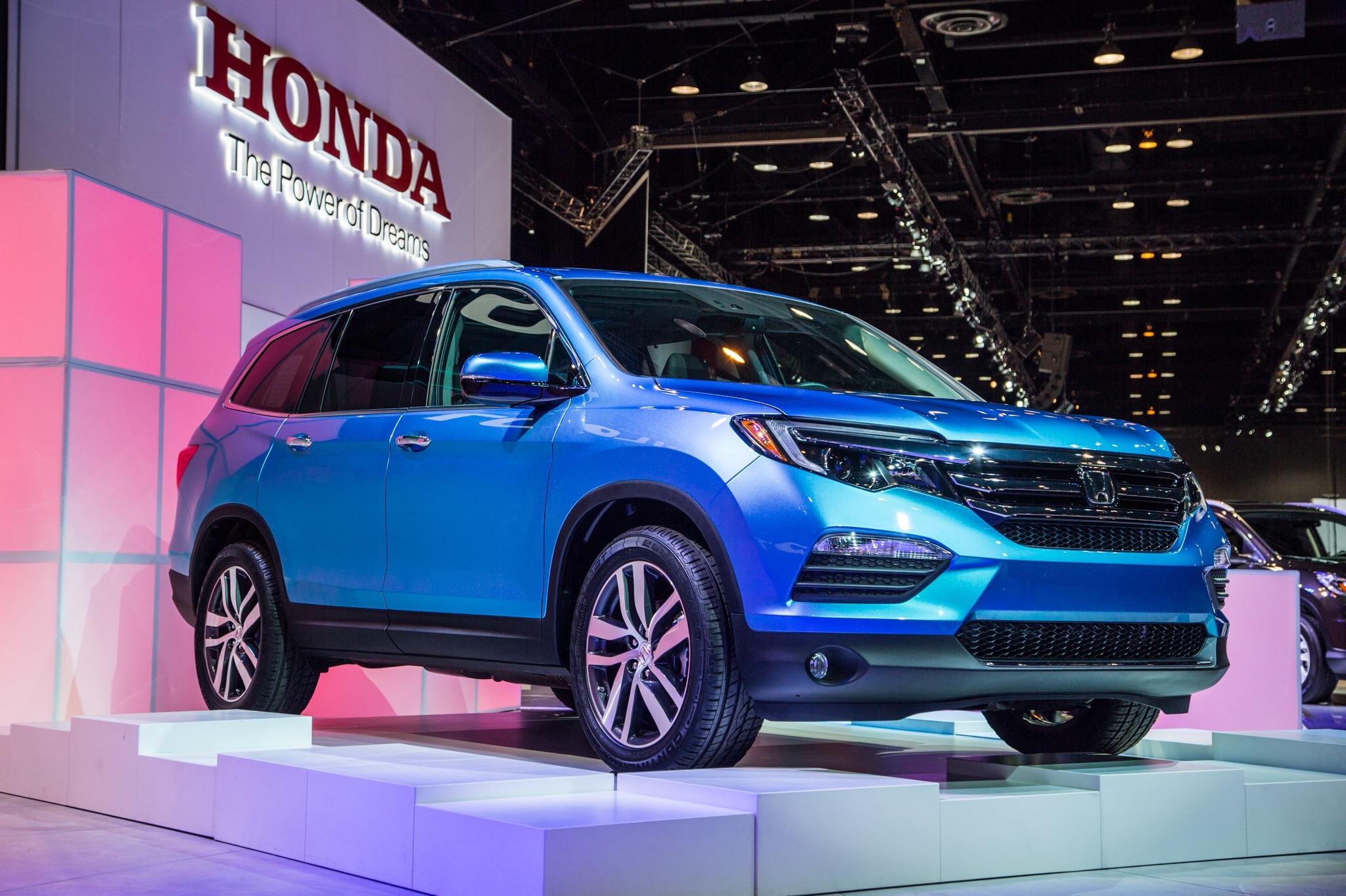 2016 Honda Pilot Front Three Quarter 031