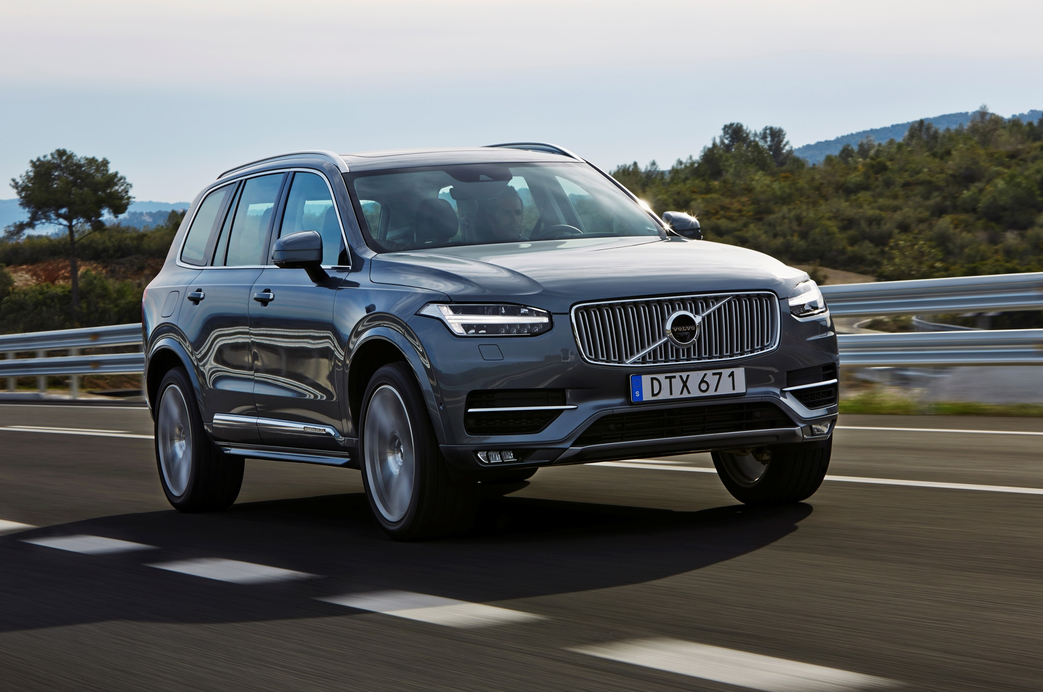 2016 Volvo XC90 T6 Front Three Quarter In Motion 011
