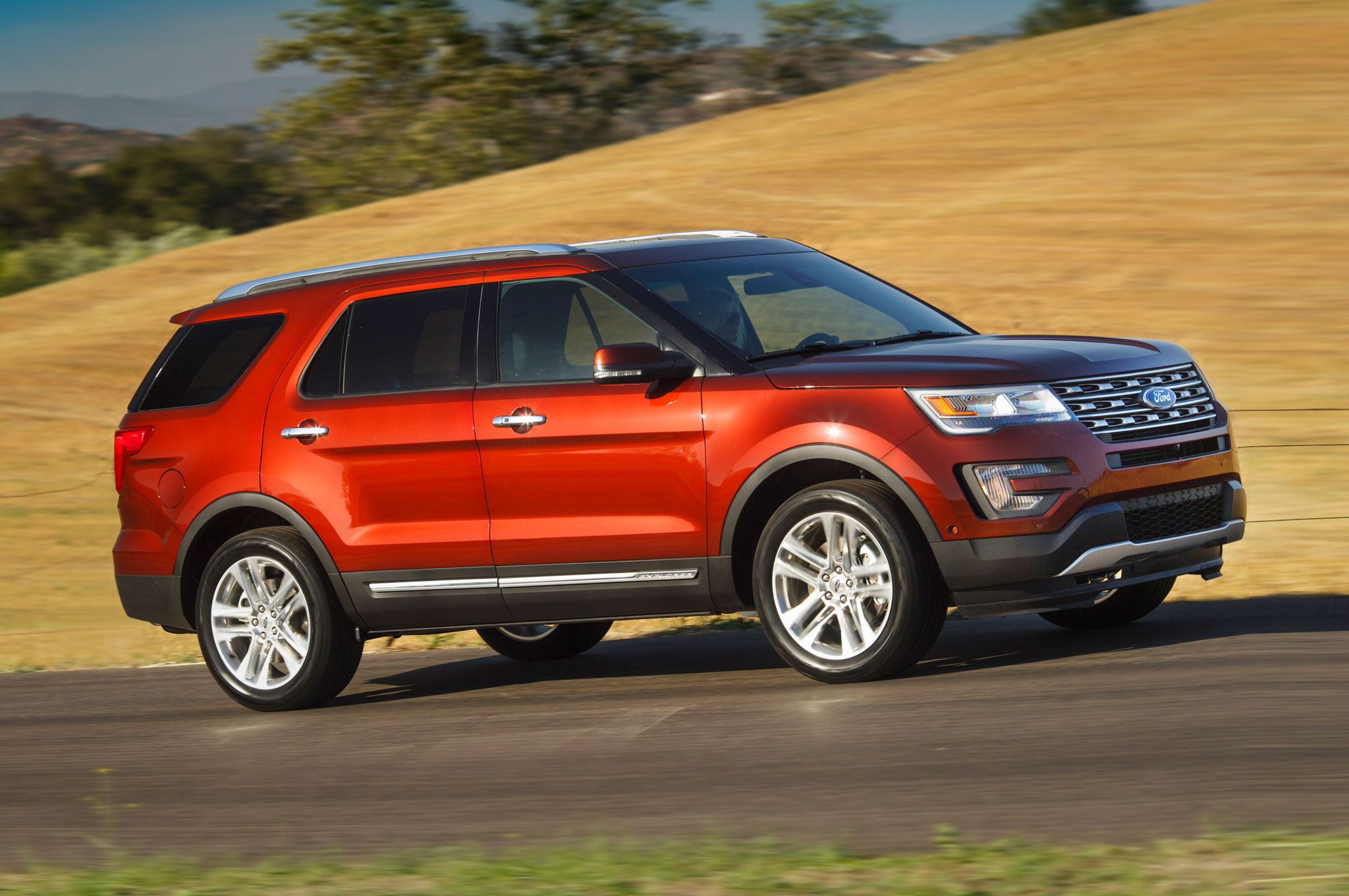 2016 Ford Explorer Limited Front Three Quarter In Motion 06