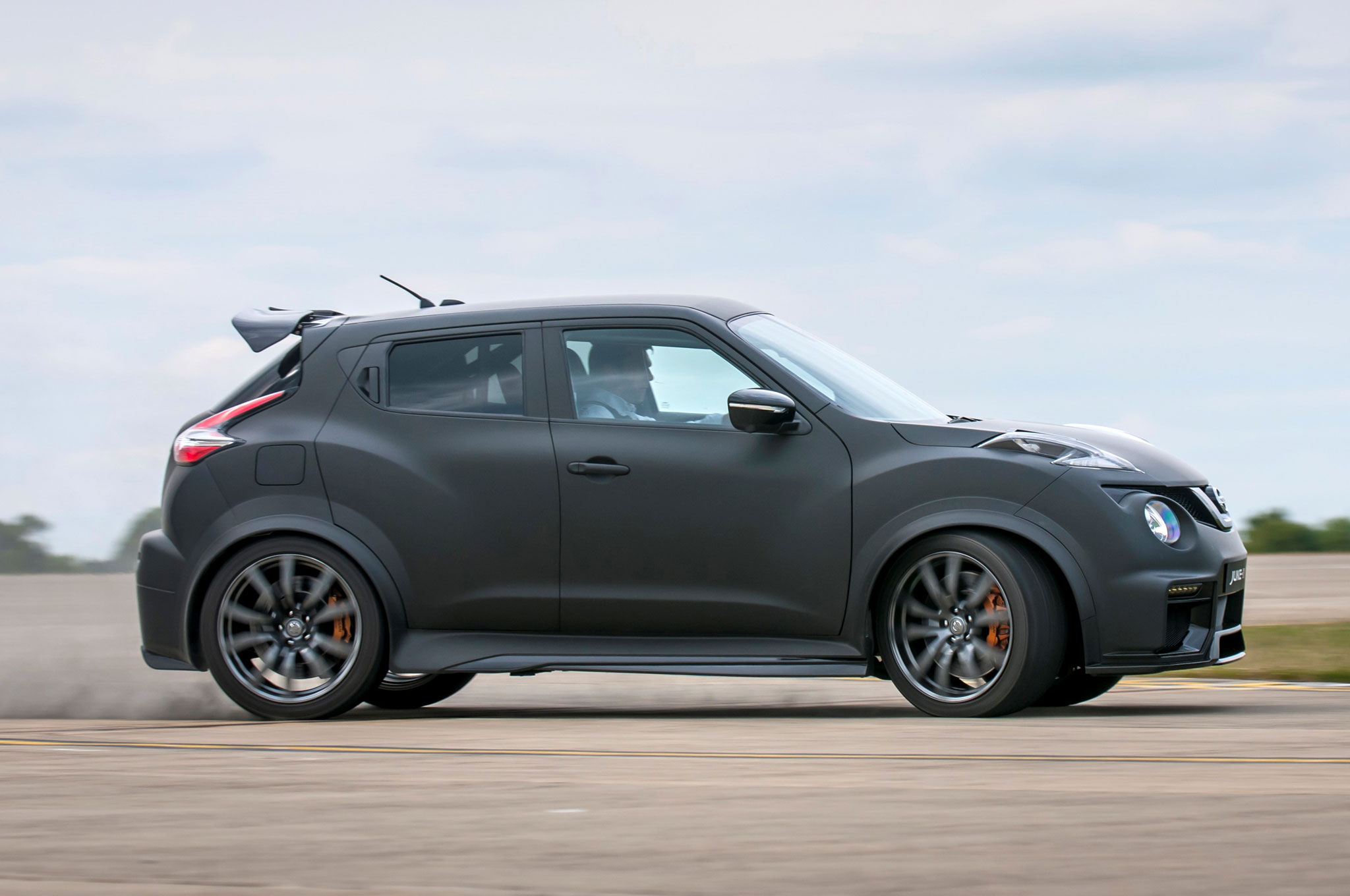Tylko na zewnątrz Nissan Juke-R 2.0 is a 600-HP Crossover from Hell WS56
