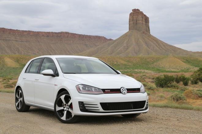 2015 Volkswagen Golf GTI front three quarter 12