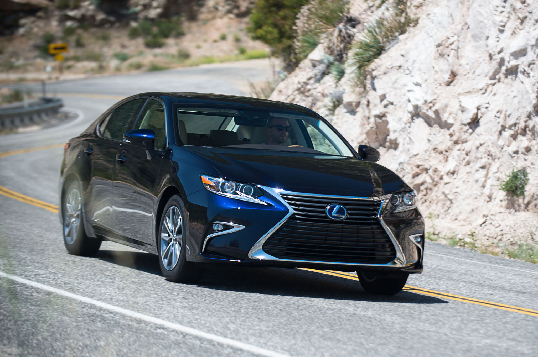 2016 Lexus Es 350 Es 300h Updated With New Look Safety