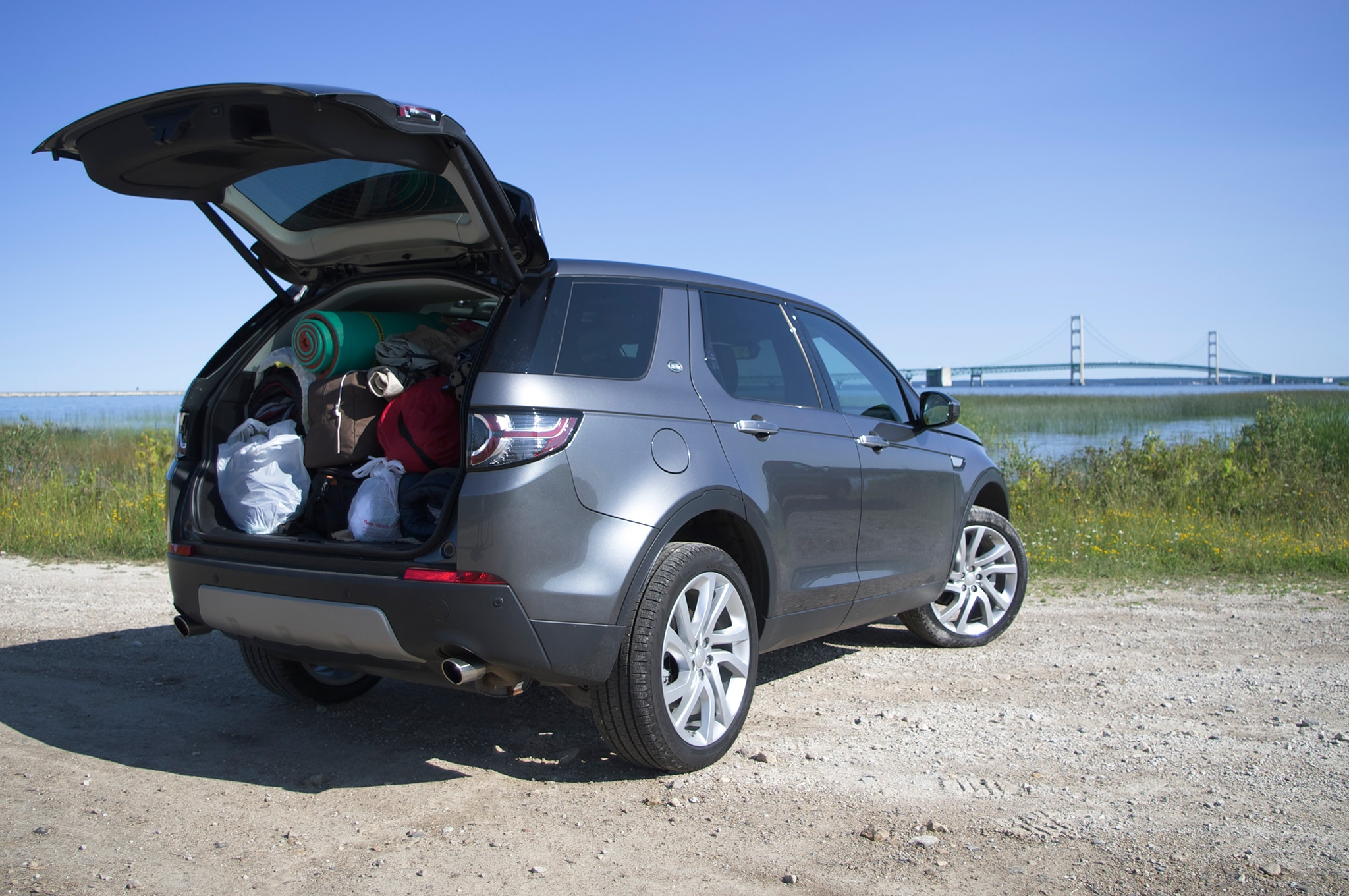 https://st.automobilemag.com/uploads/sites/11/2015/08/2015-Land-Rover-Discovery-Sport-HSE-Luxury-rear-three-quarter-hatch-open.jpg