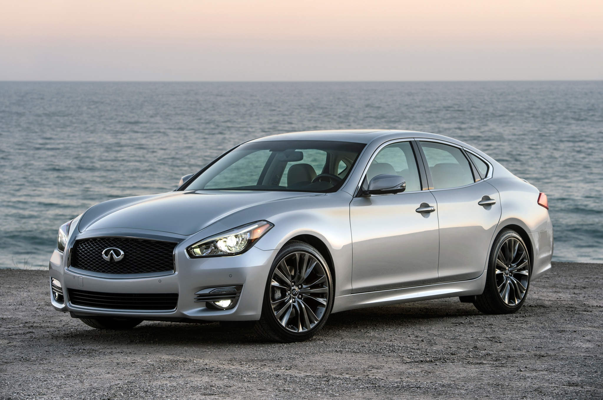 2016 Infiniti Q70 Premium Select Edition Front Three Quarter