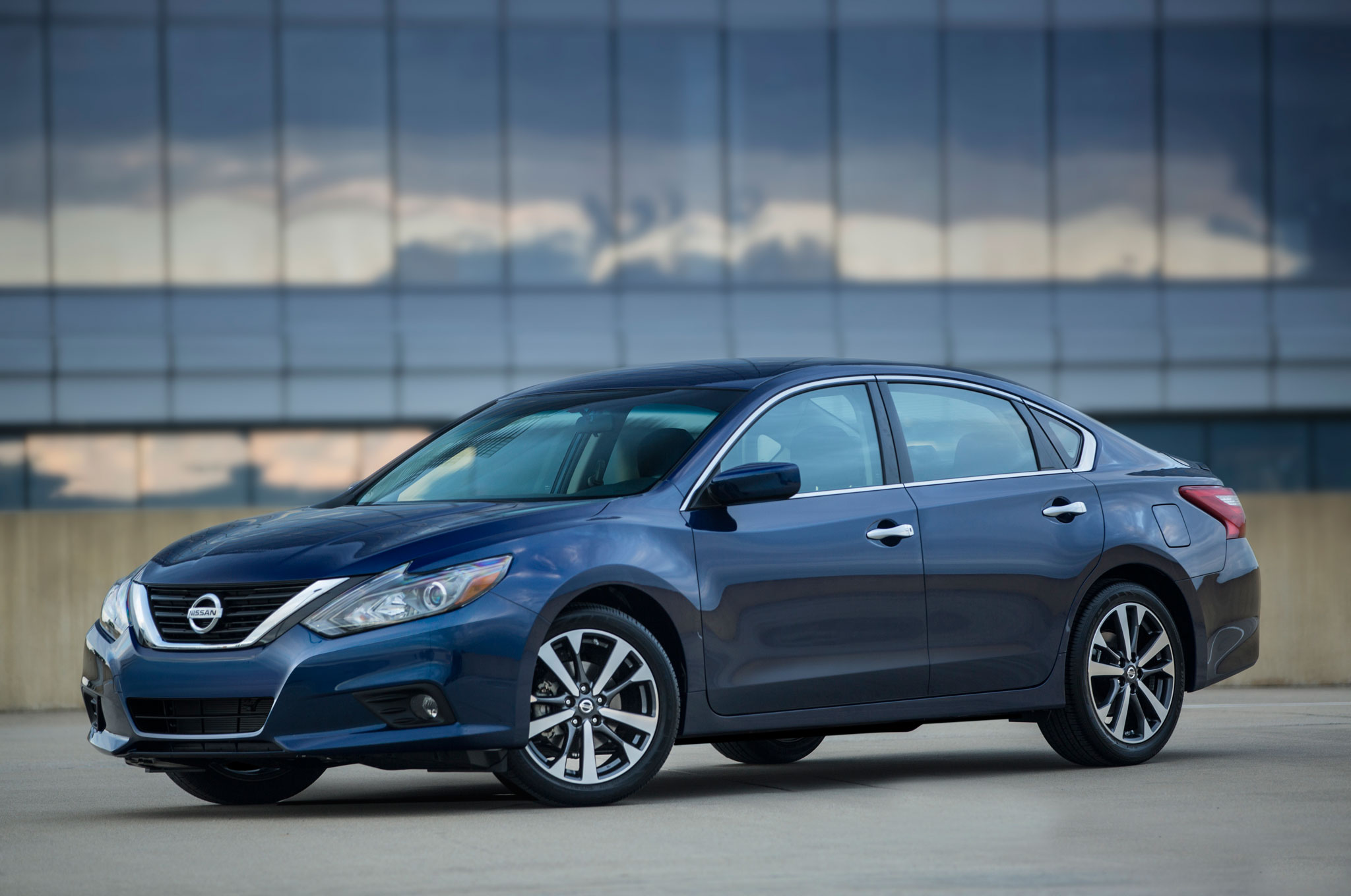 2016 Nissan Altima Updated with Maxima-Like Design, Improved MPG