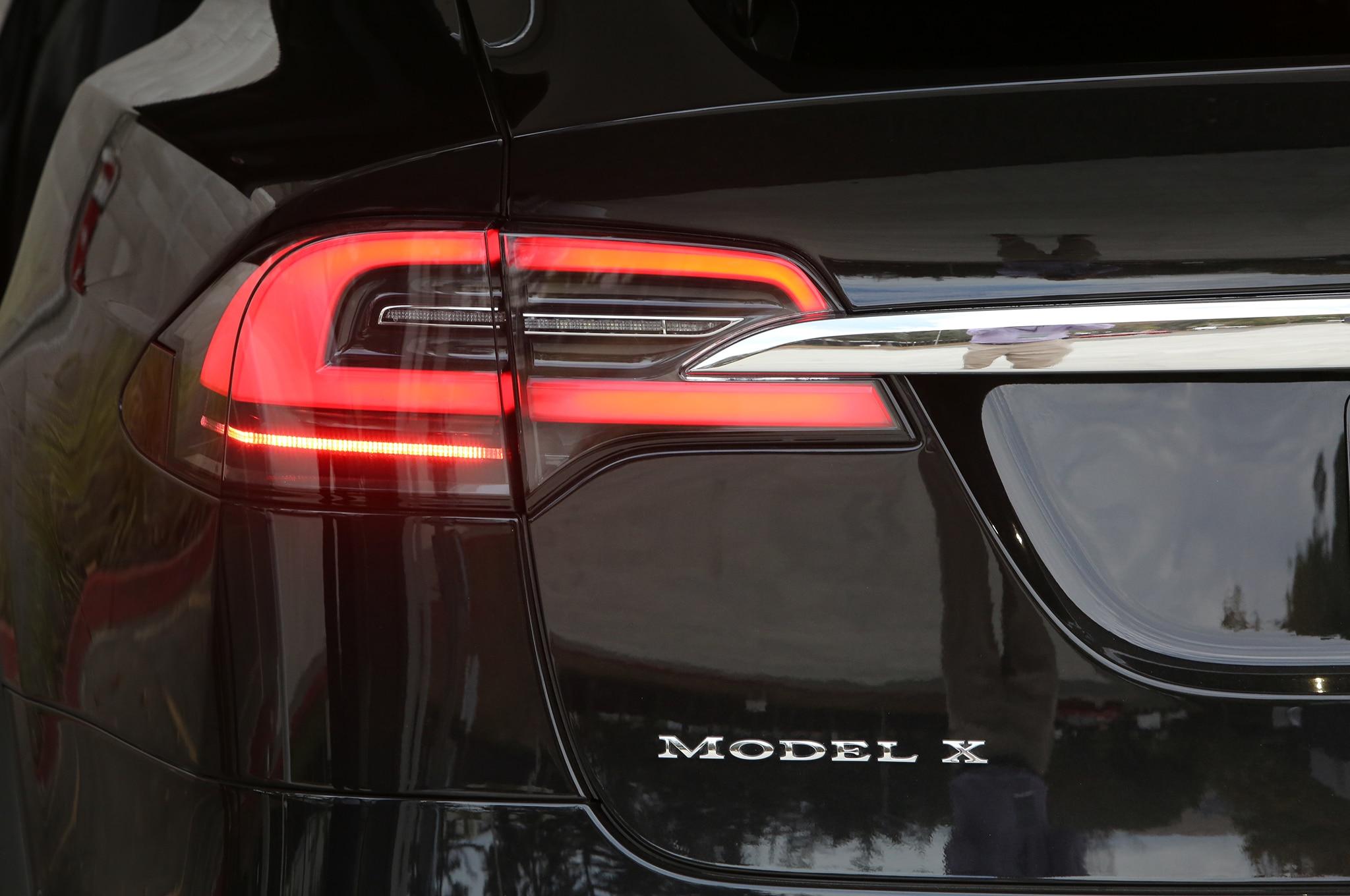 2016 tesla model x debuts with 257 mile range falcon doors for Tesla model x cabin air filter