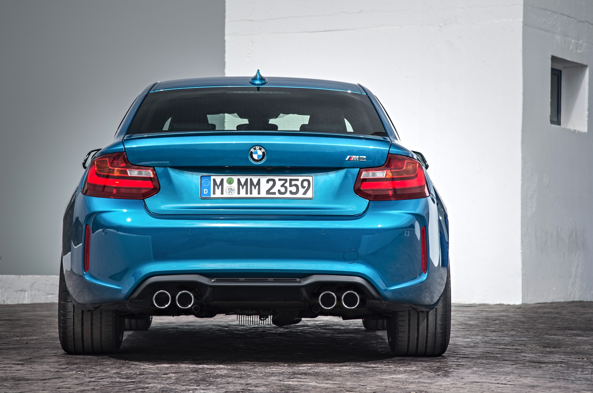 2016 bmw m2 debuts with flared bodywork 365 hp and a. Black Bedroom Furniture Sets. Home Design Ideas