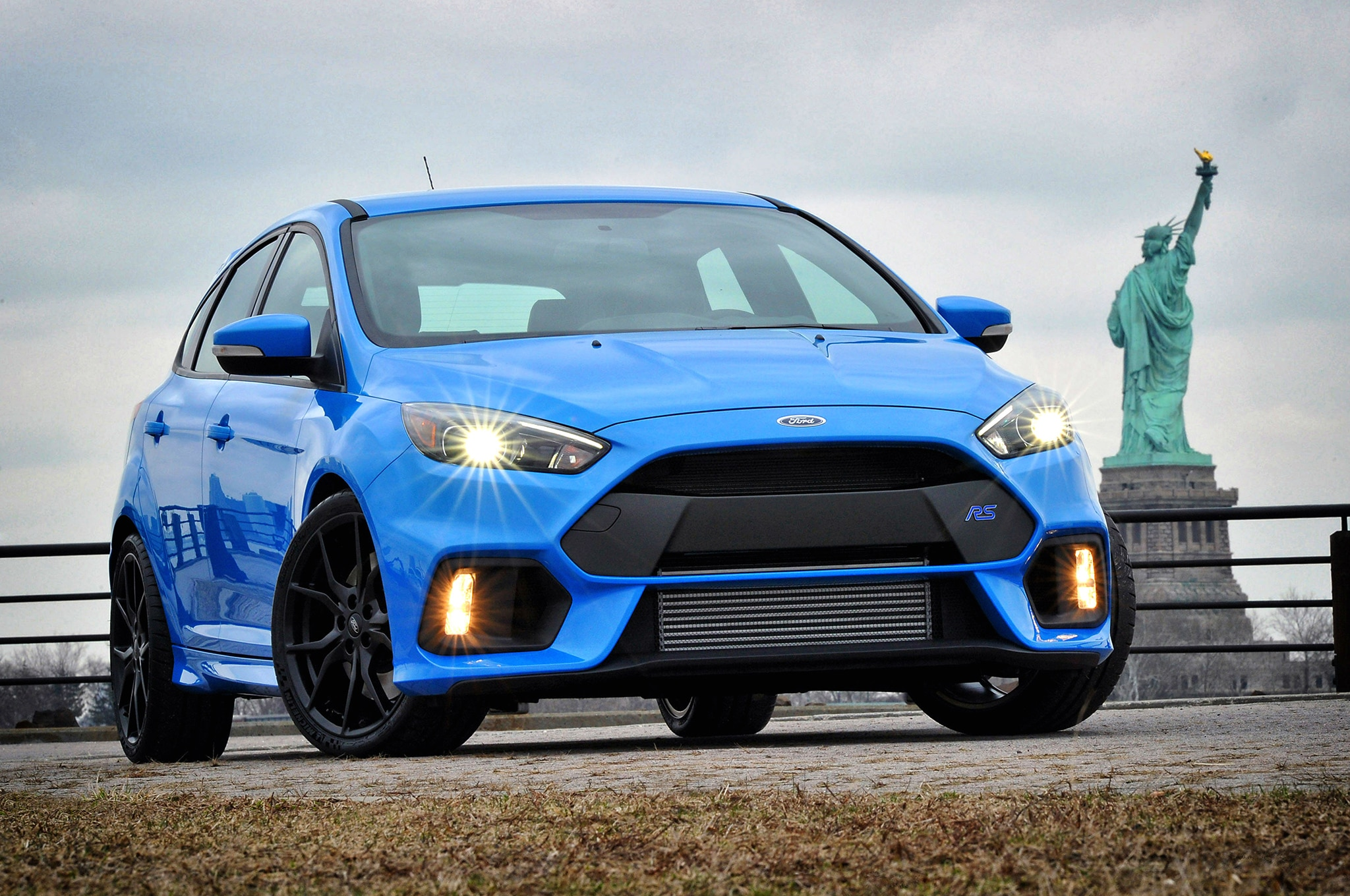 2016 Ford Focus RS Front Three Quarter3