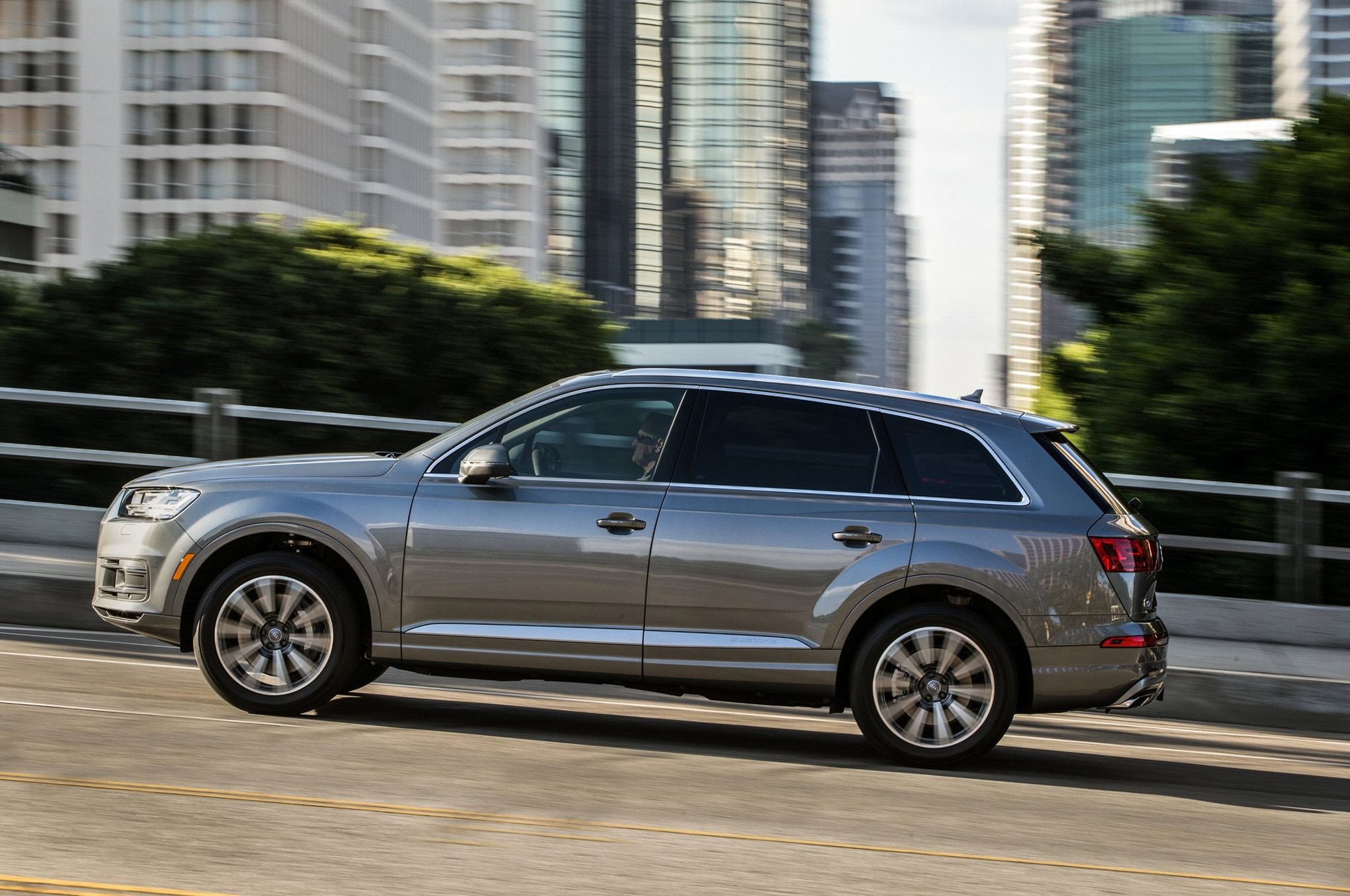 2017 Audi Q7 side profile in motion
