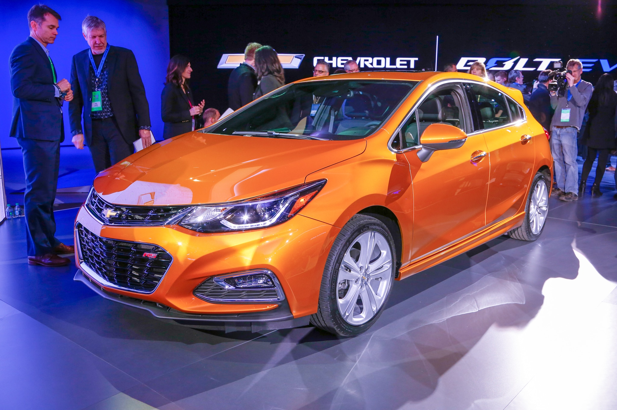 2017 Chevrolet Cruze Hatch Unveiled Ahead of Detroit Debut