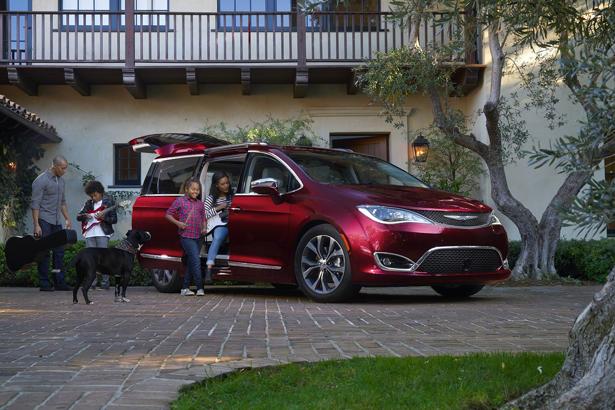 2017 Chrysler Pacifica Limited Front Three Quarter 021