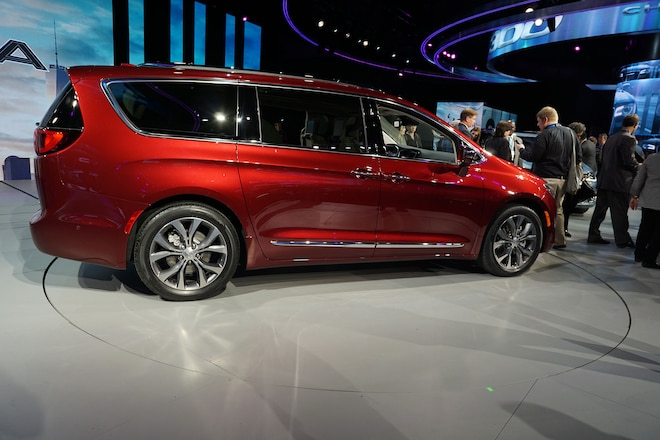 2017 Chrysler Pacifica Side Profile 021