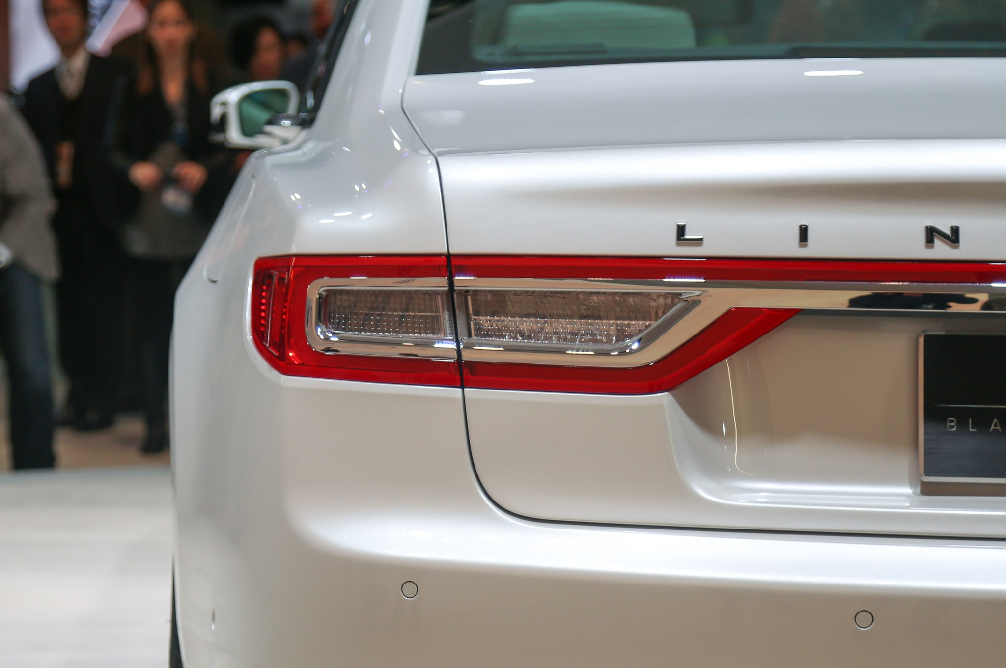 2017 Lincoln Continental Has Light Up Door Handles Puddle Lights