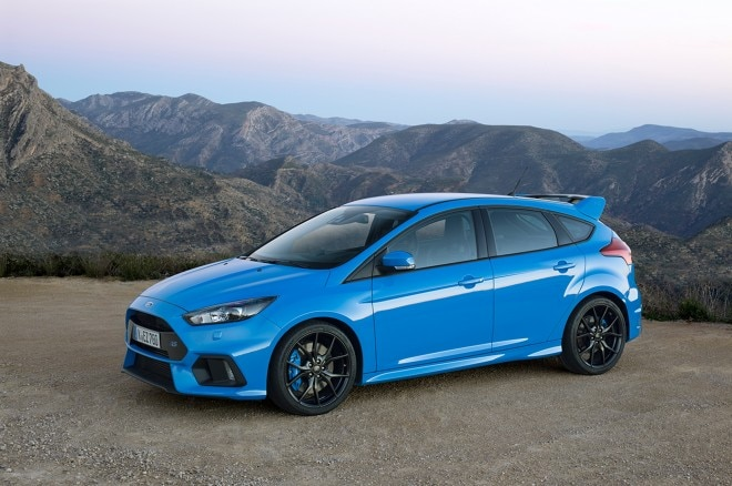 2016 Ford Focus RS front three quarter 03