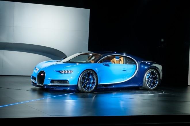 2017 Bugatti Chiron front three quarter 02 1