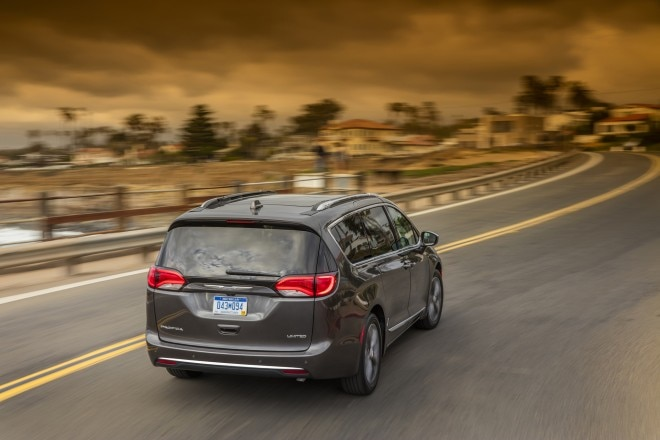 2017 Chrysler Pacifica Limited rear end in motion