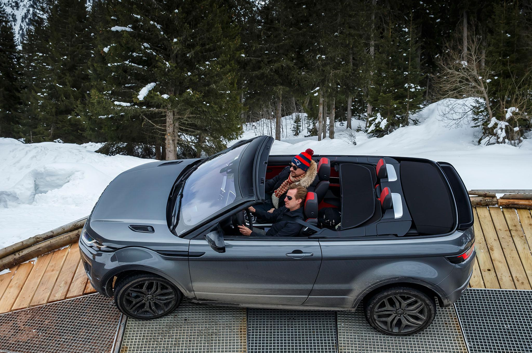 https://st.automobilemag.com/uploads/sites/11/2016/03/2017-Range-Rover-Evoque-Convertible-top-view-03.jpg