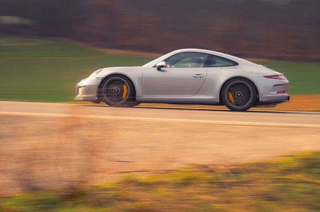Porsche 911R side profile in motion 02