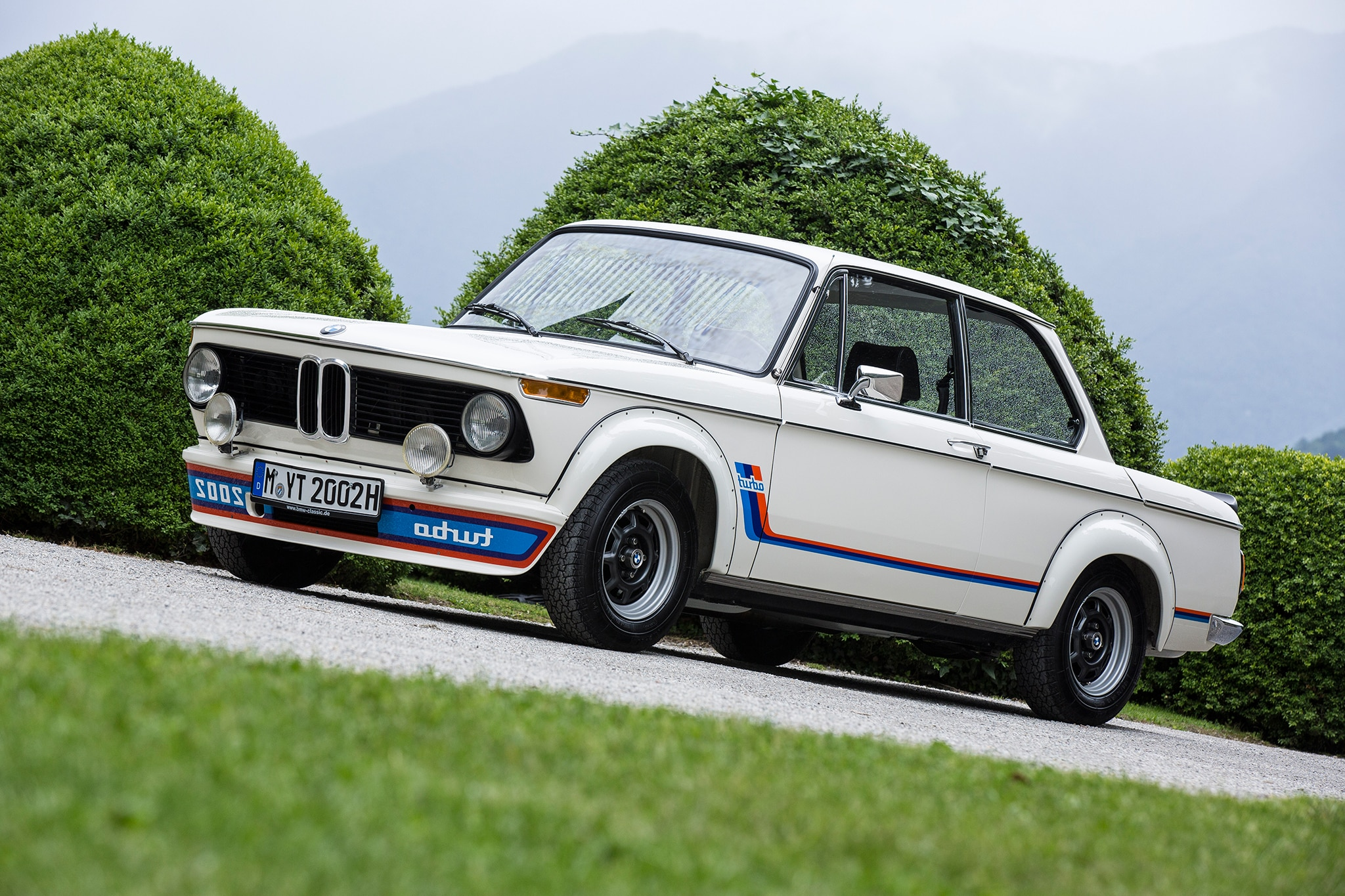 bmw 2002 hommage concept meets the bmw 2002 turbo. Black Bedroom Furniture Sets. Home Design Ideas