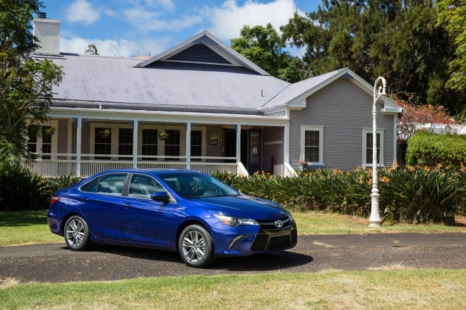 2017 Toyota Camry Hybrid front three quarter 06