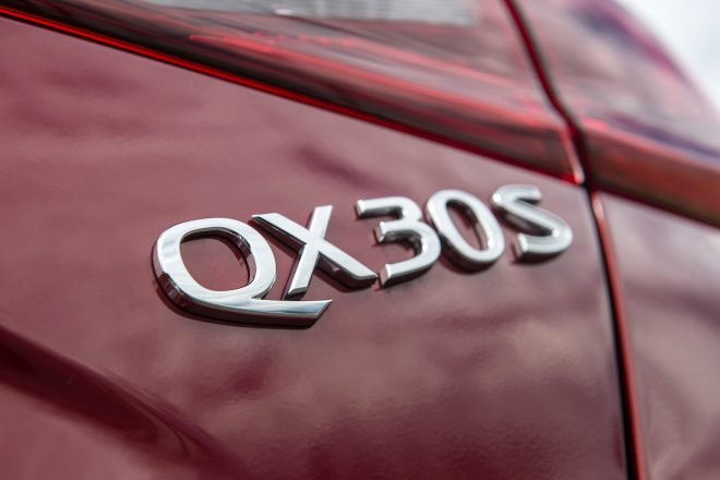 2017 Infiniti QX30 badge 01