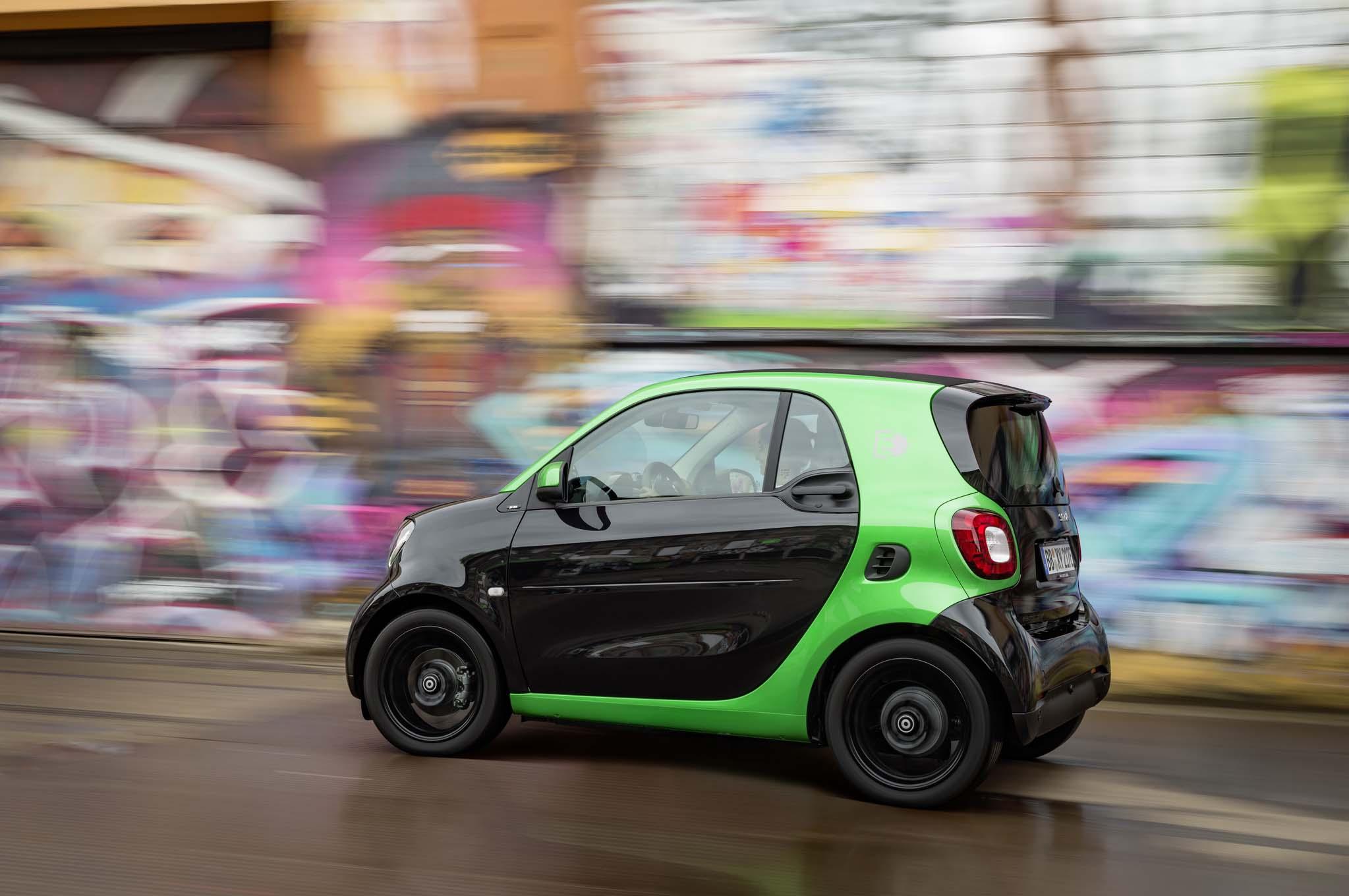 2017-Smart-Fortwo-Electric-side-rear-side-in-motion-02-1