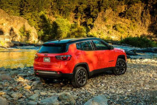 2017 Jeep Compass Trailhawk rear three quarter 03