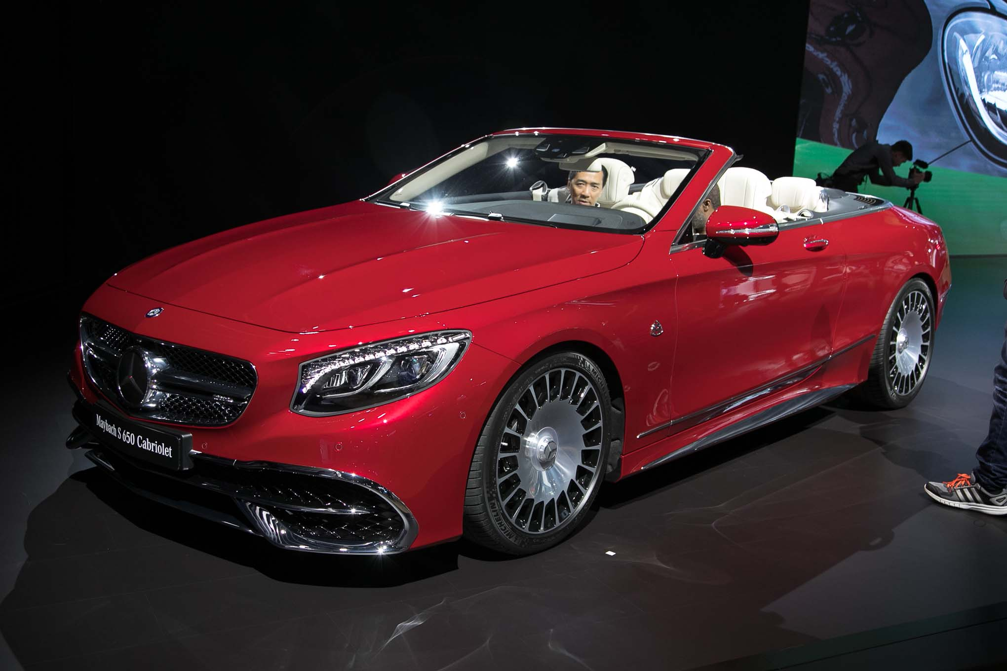 https://st.automobilemag.com/uploads/sites/11/2016/11/2018-Mercedes-Maybach-S650-Cabriolet-front-three-quarter-1.jpg