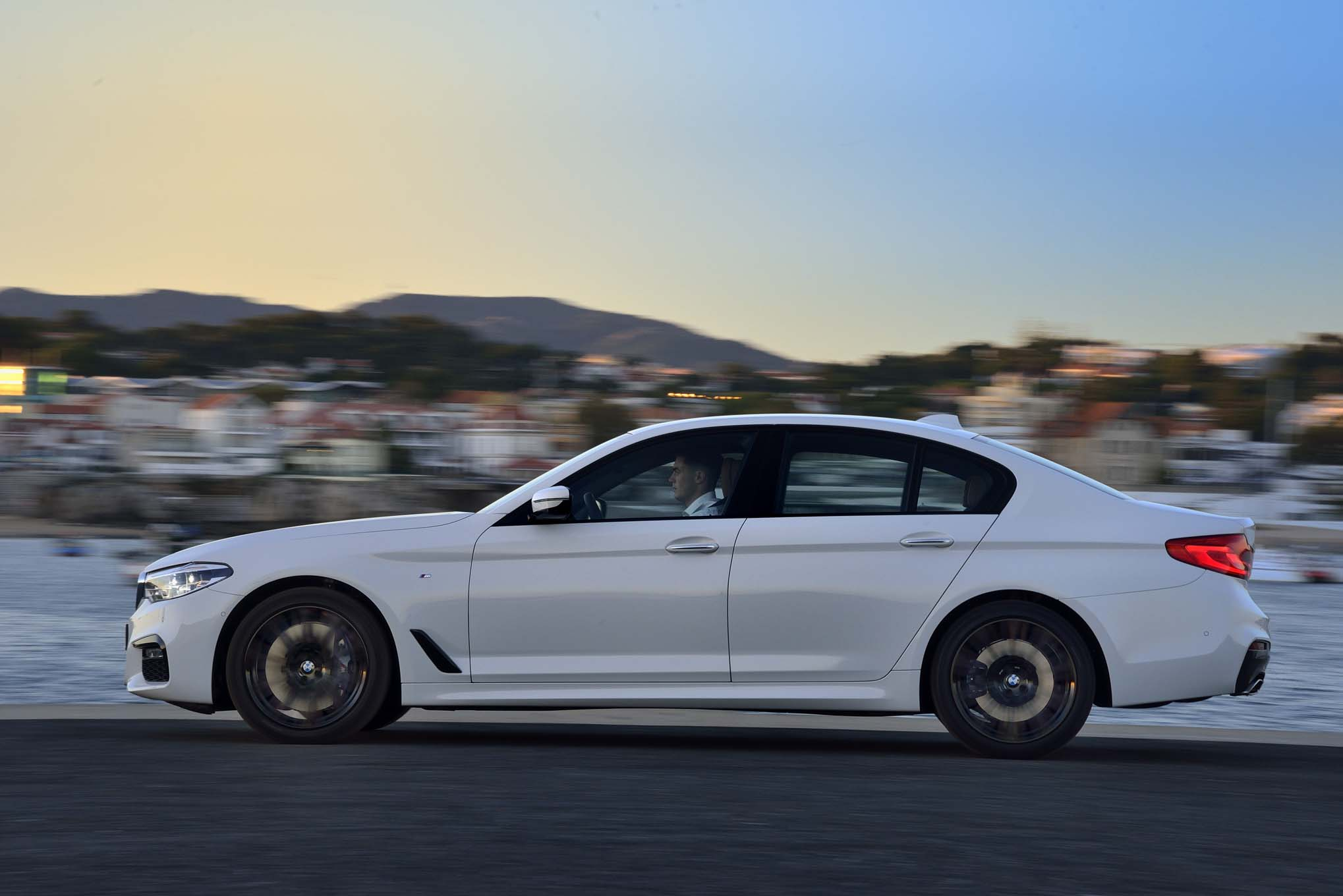 BMW 5 Series: Status field symbols
