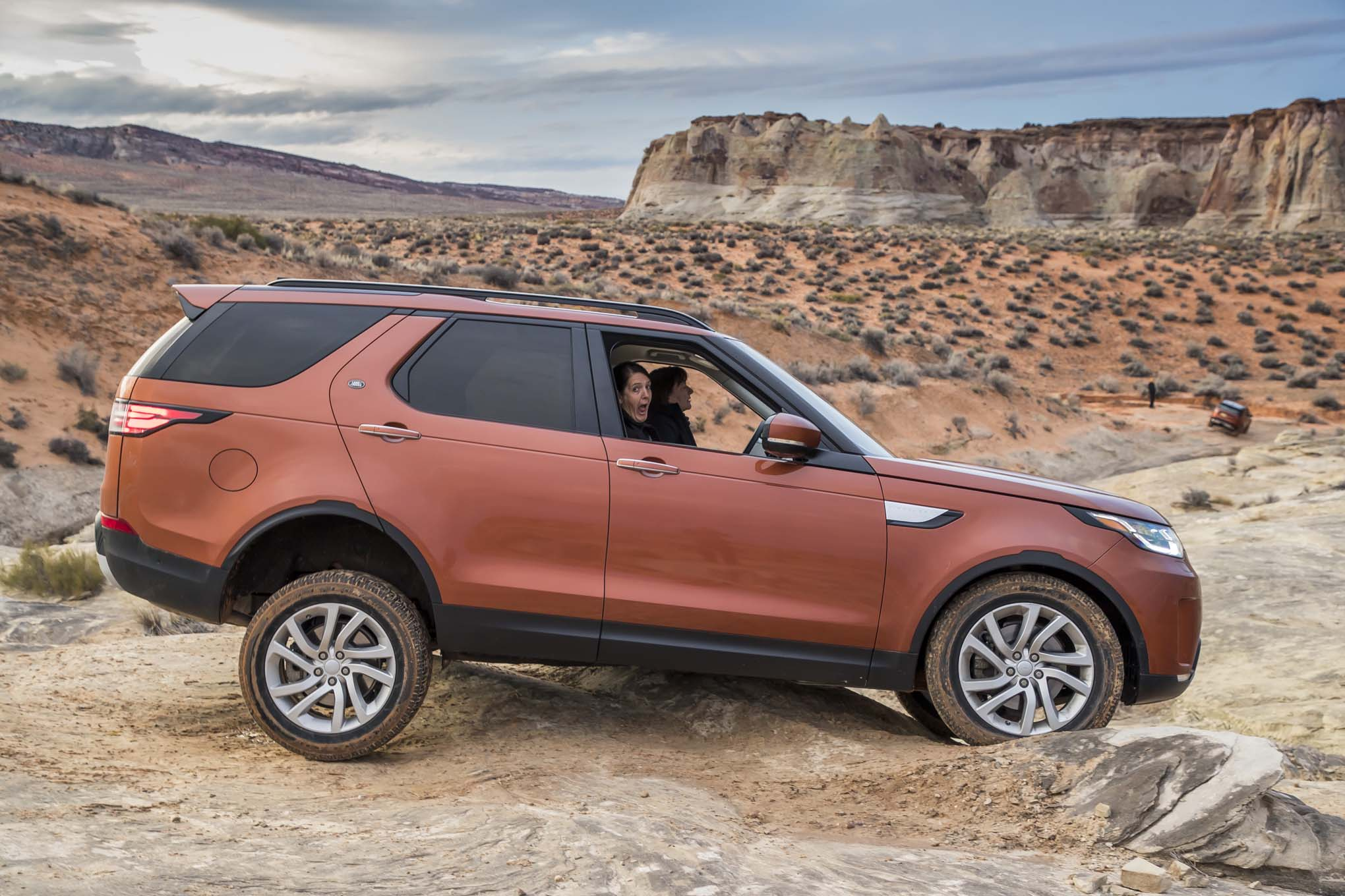 https://st.automobilemag.com/uploads/sites/11/2017/03/2017-Land-Rover-Discovery-off-road-03.jpg