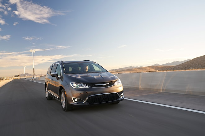 Chrysler Pacifica 2017 All Stars Contender Front 01