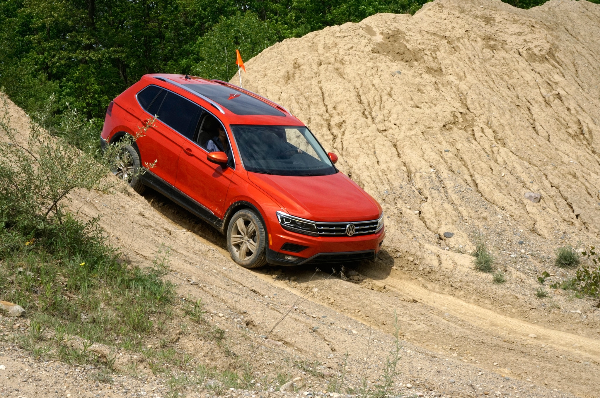 2018 Volkswagen Tiguan 4Motion Front Three Quarter 01