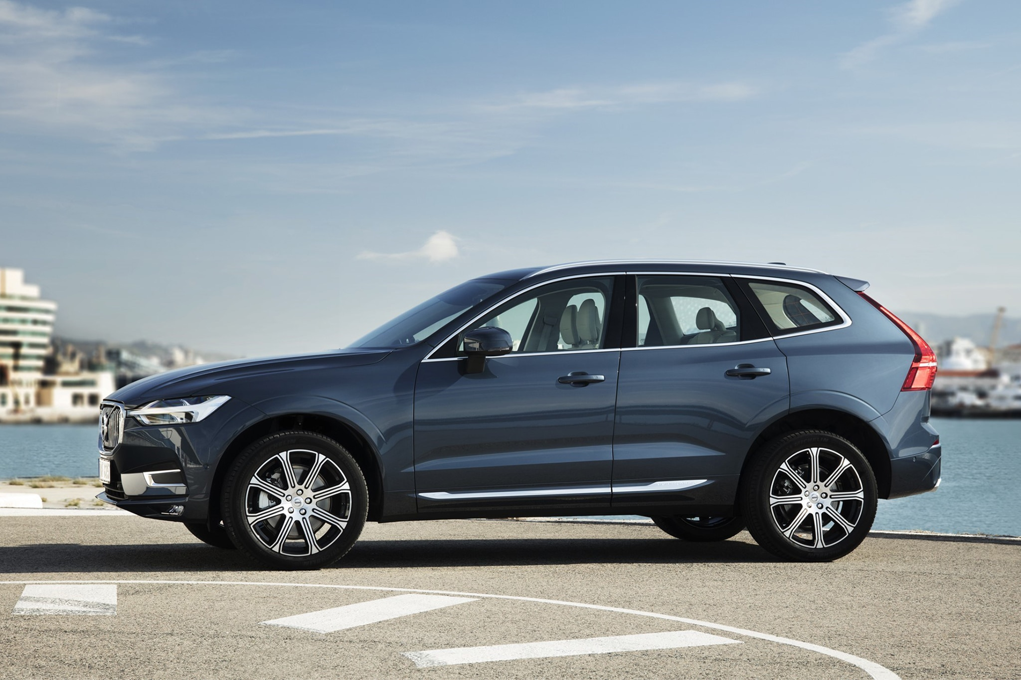 2018 Volvo XC60 Side Profile 01