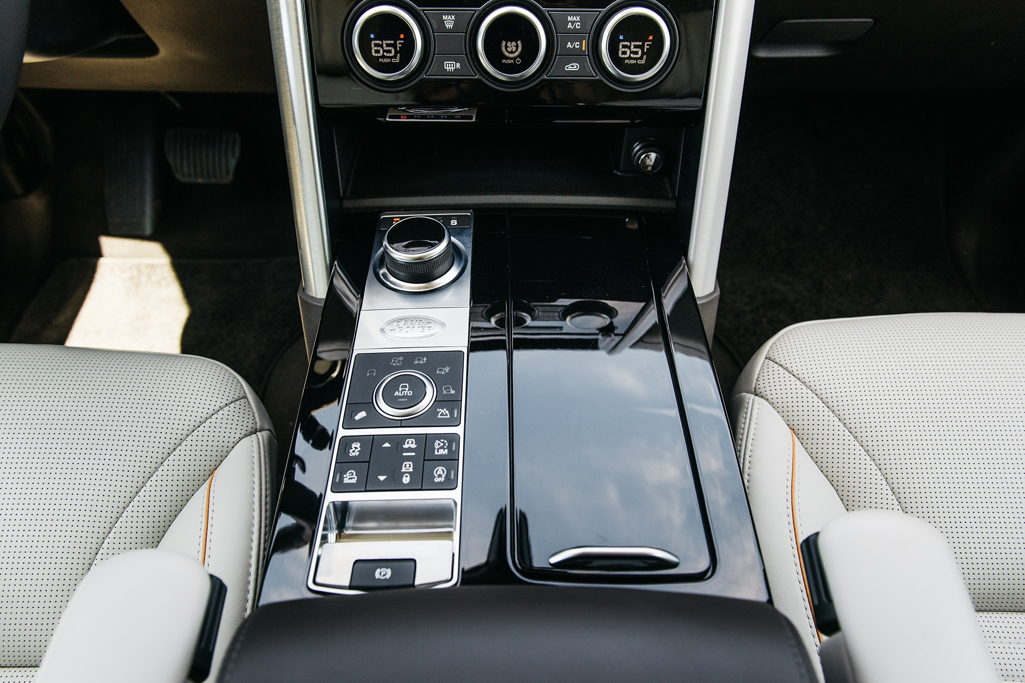 2017 Land Rover Discovery Td6 HSE Center Console 03
