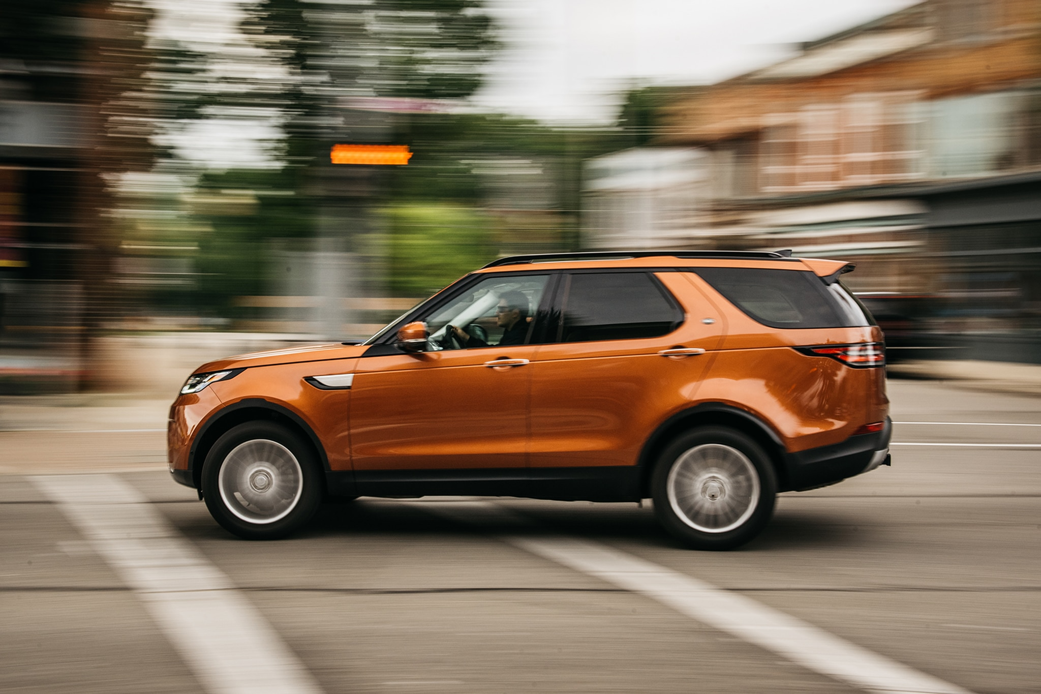 2017 Land Rover Discovery Td6 HSE Side Profile In Motion 01