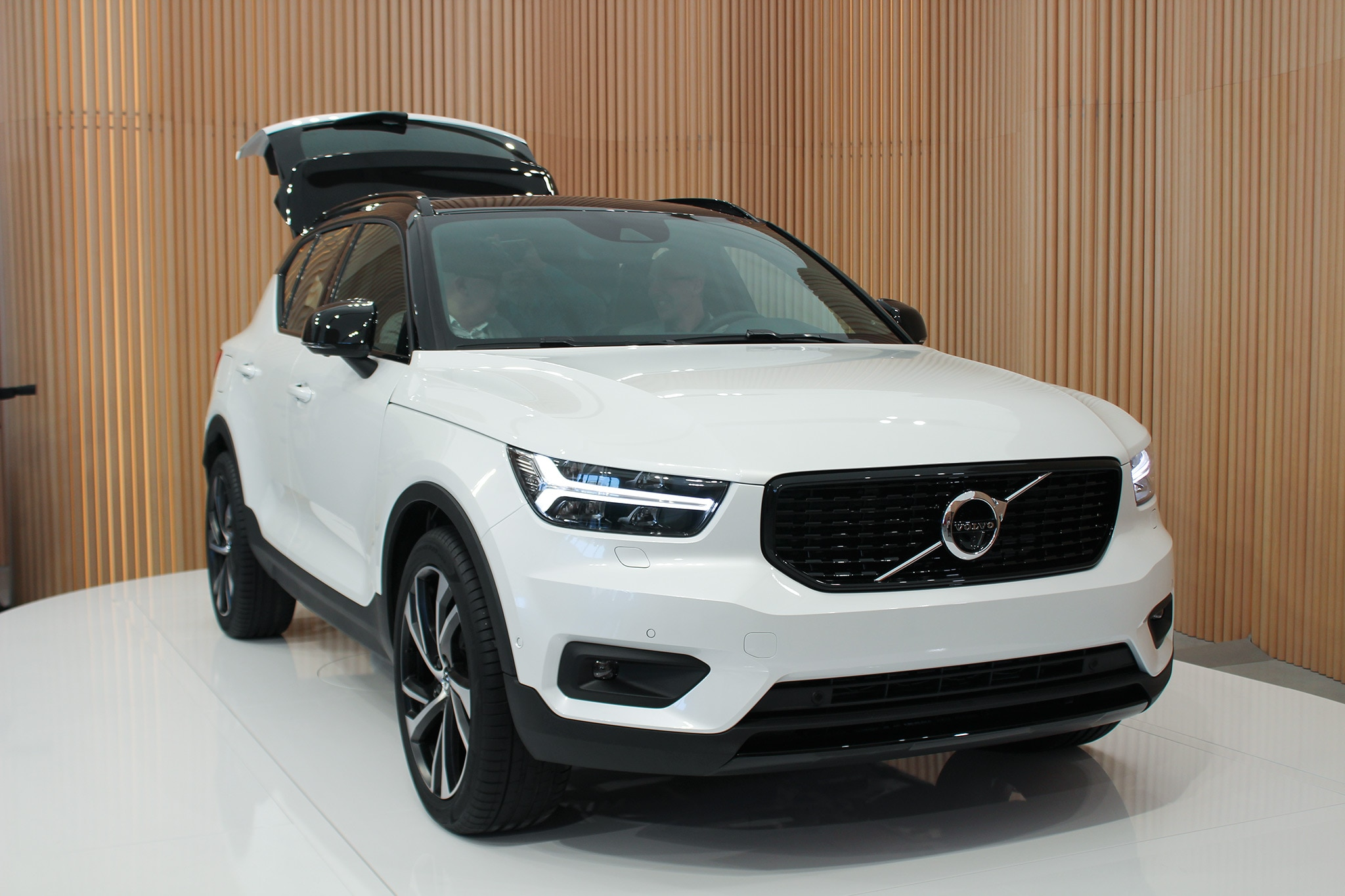 2019 Volvo Xc40 Crashes Milan S Fashion Week Automobile