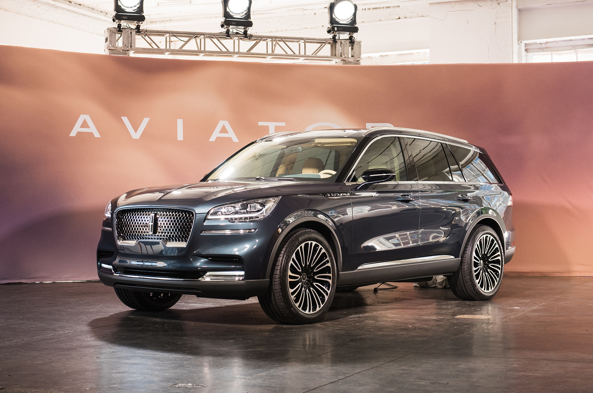 2018 Lincoln Aviator Front Three Quarter 01 1