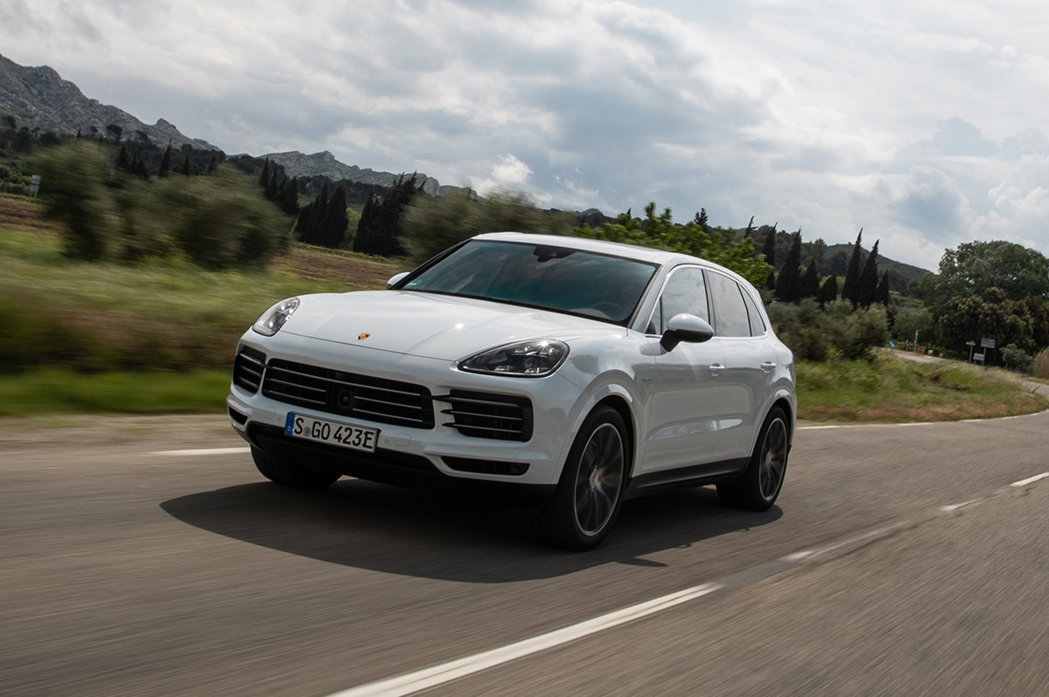 2019 Porsche Cayenne E Hybrid Front Three Quarter In Motion 05