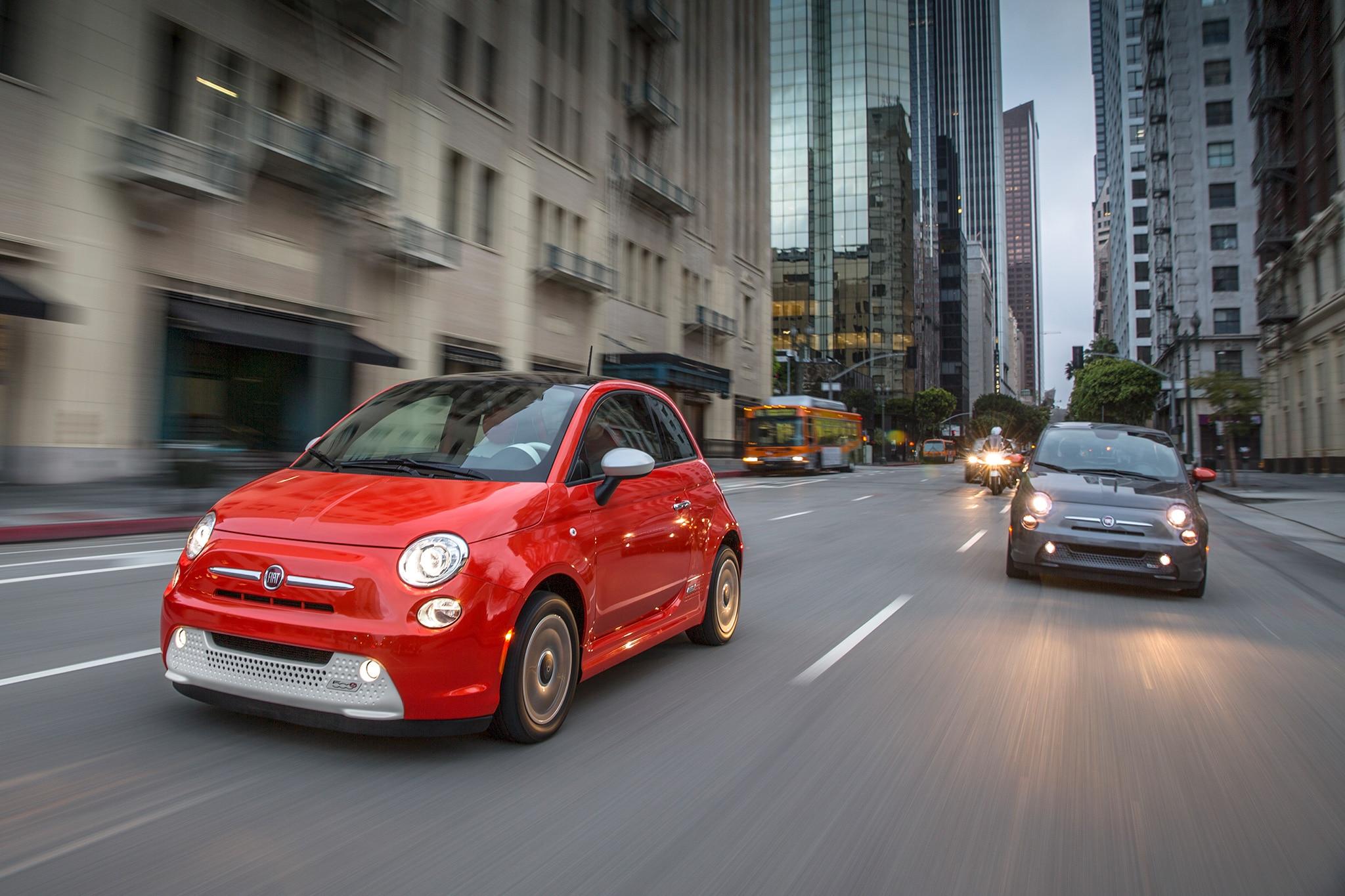 2017 Fiat 500e Front Three Quarter In Motion 01