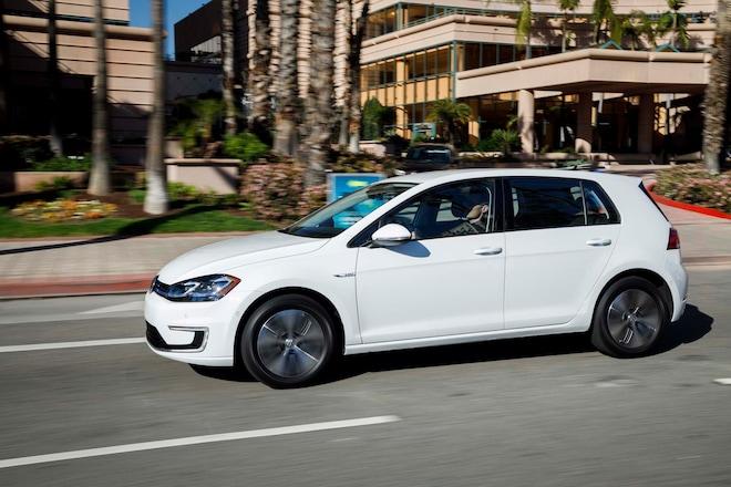 2017 Volkswagen E Golf Side In Motion 02