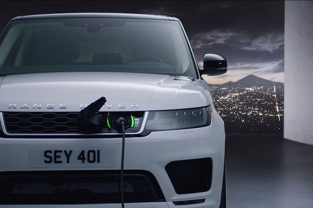 https://st.automobilemag.com/uploads/sites/5/2017/10/2018-Range-Rover-Sport-PHEV-front-charging.jpg?interpolation=lanczos-none&fit=around%7C640%3A425
